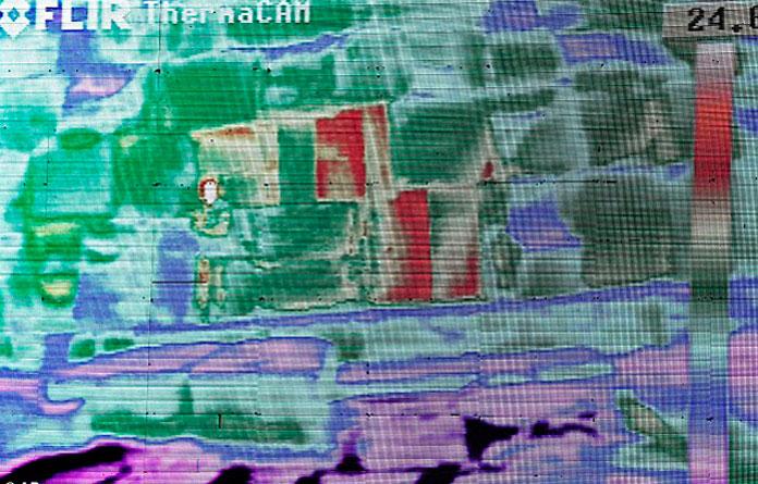 Ифракрасное изображение одной из стен пирамиды: некоторые камни (красный цвет) почему-то нагреты сильнее других.
