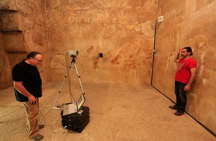 Ученые сканируют стены с помощью тепловизора.