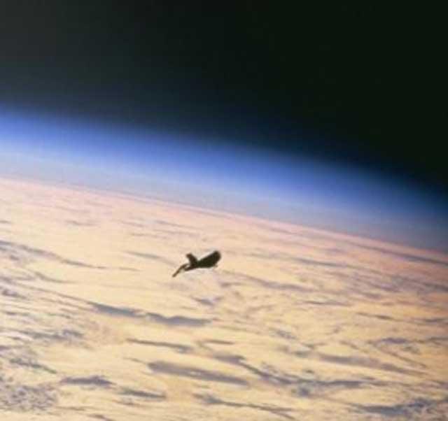 Фото «Черного рыцаря» с сайта НАСА, сделанные 11 декабря 1998 года