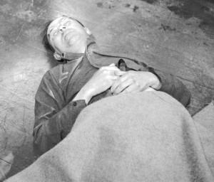 Гиммлер после смерти. После капитуляции Германии Гиммлер был задержан двумя советскими солдатами, которые были освобождены из нацистского концлагеря и вновь вернулись в строй. Они не узнали рейхсфюрера СС и передали его английскому патрулю.