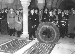 Генрих Гиммлер был мистиком и считал себя воплощением короля Саксонии Генриха Птицелова, много воевавшего со славянами. На фото: рейхсфюрер СС возлагает венок на могилу Генриха Птицелова.