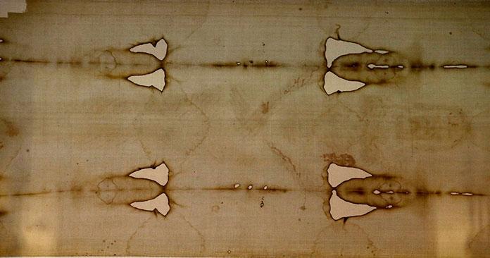 Радиоуглеродный анализ показал, что ткань из которой сделана плащаница, появилась не раньше XVI века, но православных физиков это не убеждает. Фото: Antonio Calanni / AP