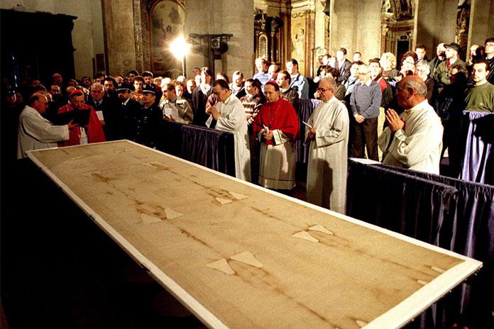Для христианина, будь он католиком или православным, абсолютно не обязательно считать плащаницу подлинной. Фото: Claudio Papi / Reuters
