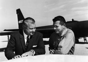 Авиаконструктор Джонсон и Френсис Пауэрс на фоне U-2