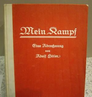 Mein Kampf: этот труд сделал фюрера супербогатым человеком! На фото: первое издание «Mein Kampf», Немецкий исторический музей