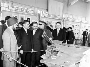 Обломки сбитого самолета-шпиона власти СССР выставили на всеобщее обозрение