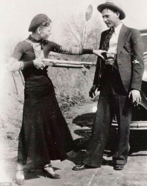 Бонни целится в Клайда. Эта фотография, как и многие другие постановочные снимки, была найдена в квартире бандитов 13 апреля 1933 г. в г. Джоплин, Миссури, после того, как им пришлось в спешке бежать от полиции.