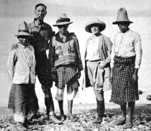 Фредерик Митчелл-Хеджес (второй слева) - еще один прототип Индианы Джонса
