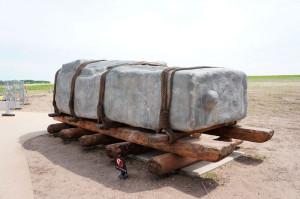 Современные археологи провели множество экспериментов и доказали, что гигантские глыбы можно передвигать при помощи деревянных катков на большие расстояния
