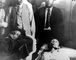 Тела Бонни и Клайда в морге, через час после того, как они были расстреляны группой техасских рейнджеров.