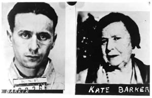 Фрэдди Баркер и мамаша Баркер. В 1934 году гангстеры решили лечь на дно, т. к. отпечатки пальцев могли выдать их в любую минуту. Мамаша Баркер нашла хирурга. Но все страдания оказались напрасными.