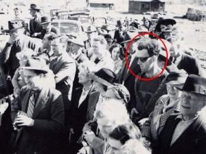Канадский «пришелец». Молодой человек, одетый явно не по моде начала 1940-х годов