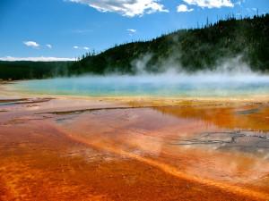 Расположенное в Йеллоустоне кислотное озеро. Рыжий налет - ацидофильные бактерии