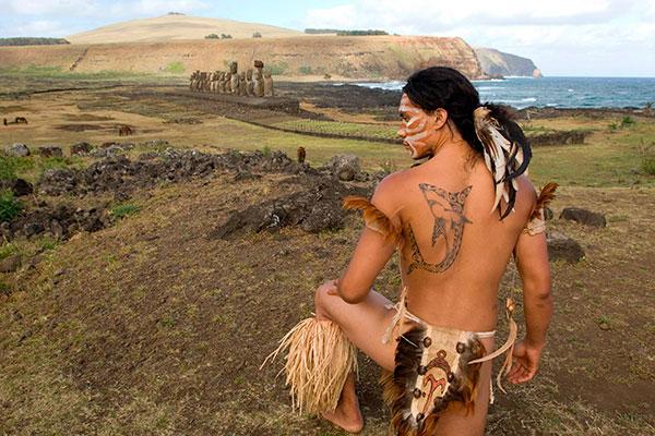 Абориген острова Пасхи в традиционной одежде. Фото: Alison Wright / Corbis / East News