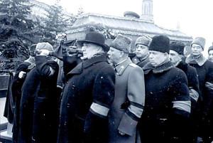 Руководители партии и правительства несут гроб с телом Сталина