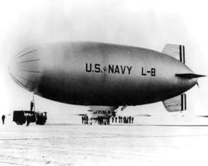 Влажный туман осел на мягком покрытии дирижабля и значительно утяжелил аппарат. Кроме того, L-8 имел в своем арсенале пулемет и две глубинные бомбы, по 160 килограммов каждая. В связи с такой перегрузкой численность экипажа была сокращена до двух человек.