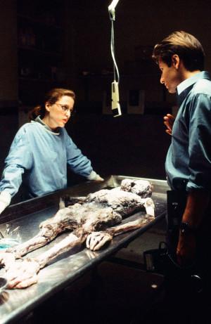 Малдер, Скалли и останки пришельца. Кадр из фильма