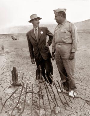 Роберт Оппенгеймер (слева) и генерал Лесли Гровс на полигоне «Троица» перед началом испытаний