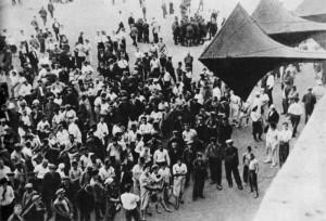 У черных репродукторов собирались все, кто не был на фронте. Сводки Информбюро были буквально жизненно важны для людей