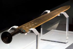 Меч Гоуцзяня весит 875 граммов при длине всего 55,6 сантиметра. Ширина клинка - 4,6 сантиметра