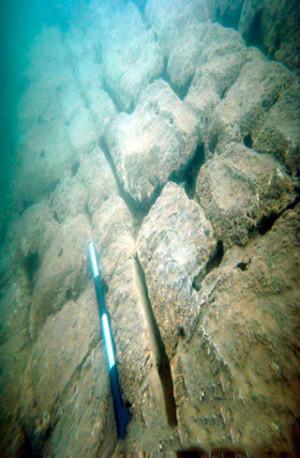 Древнее сооружение было построено из массивных плит весом в несколько тонн.