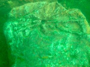 На дне были сделаны фотографии. На них можно увидеть камни, на которых изображены солнце, луна, человеческое ухо и геометрические насечки, напоминающие триграммы Ицзин (Книги перемен).