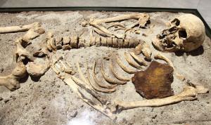 Скелет, проткнутый железным прутом. Найден в Болгарии, захоронен около 800 лет назад