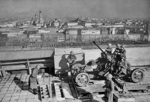 Поскольку отлично работала советская ПВО, бомбить город немцы решались только под покровом темноты