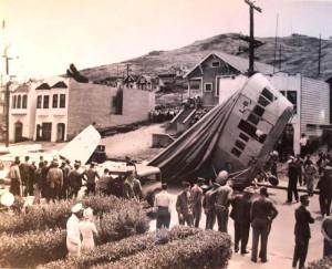 Падение дирижабля было довольно разрушительно: он повредил крыши нескольких домов, две машины, оборвал электропровода
