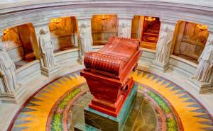 Вокруг гробницы, в которой, по официальной версии, похоронен Бонапарт, стоят 12 статуй, символизирующих его главные победы