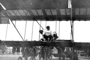 Уточкин в аэроплане перед полетом