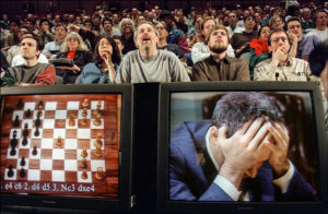 Гарри Каспаров проигрывает шахматную партию компьютеру