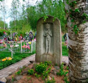На месте могилы поэта в деревне Ручьи стоит памятник работы скульптора Вячеслава Клыкова