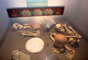 Скелеты принесенных в жертву испанцев. Музей археологического комплекса Сультепек-Текоаке