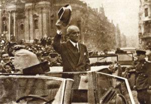 Эдвард Бенеш. В течение 1945 года чехословацкое правительство приняло шесть декретов в отношении чешских немцев, лишив их сельхозугодий, гражданства и всей собственности