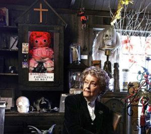 Лоррейн в комнате, где они с Эдом собирали свои странные артефакты