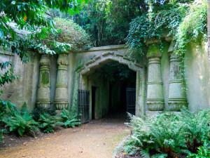 Даже днем в кладбищенских аллеях безлюдно и неестественно тихо