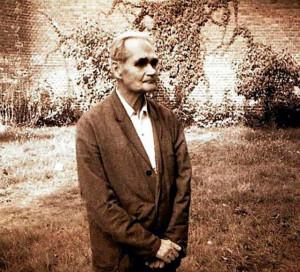 17 августа 1987 года 93-летнего Египтянина нашли мертвым. По официальной версии, он покончил с собой путем удушения электрическим проводом