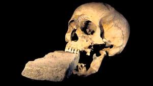 Желая обезвредить оживающего мертвеца, ему в рот засовывали камень