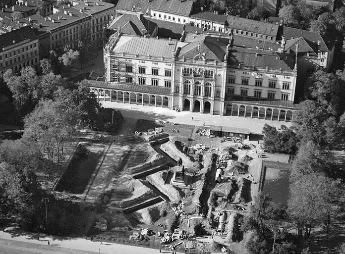 Строительство бомбоубежища в виде W-образной галереи перед зданием университета.