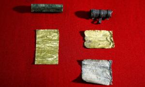 Найденные два амулета с золотым и серебряным свитками. Photograph: Djordje Kojadinovic/Reuters