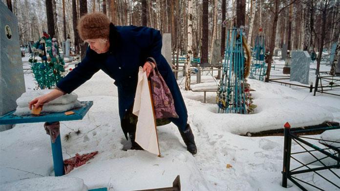 Ольга Вяткина посещает могилу сына, одного из по меньшей мере 66 человек, погибших в результате катастрофы в Свердловске в 1979 году. Фото: LYNN JOHNSON / National Geographic
