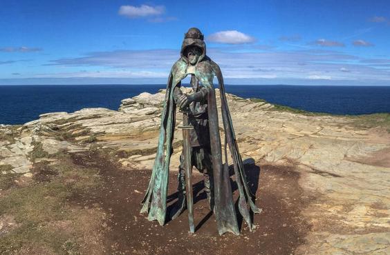 Статуя Короля Артура в Тинтагеле (Фото: Getty)