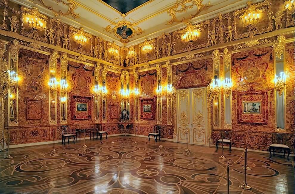 Восстановленная Янтарная комната в Екатерининском дворце (г. Пушкин).