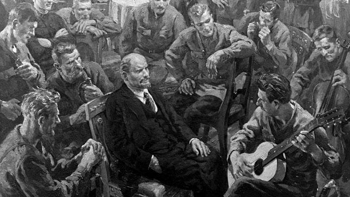 """Репродукция картины Отто Скулме """"В.И.Ленин с латышскими стрелками в Кремле 1 мая 1918 года"""". Фото: © РИА Новости"""