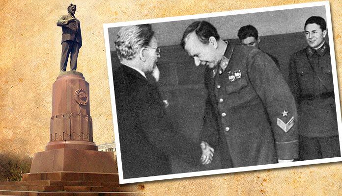 М. И. Калинин вручает генерал-лейтенанту Г. П. Софронову орден Ленина (между 1940 и 1943).