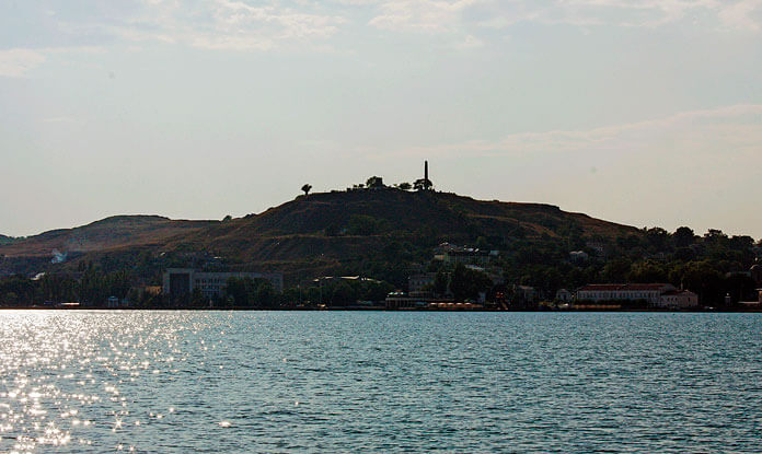 Гора Митридат. Вид с моря. Фото: © Личный архив Владимира Толстикова