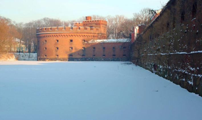 Башня Врангель и крепостная стена.