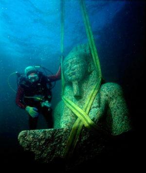 Среди прочих находок — три величественные статуи древних божеств из розового гранита, кстати, отлично сохранившиеся.