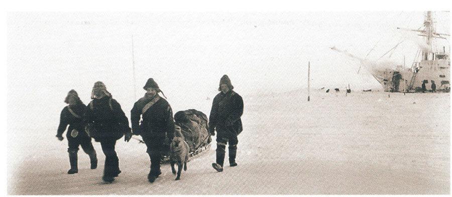 "Лейтенант А.В. Колчак (3-й слева) со спутниками отправляется на о-в Бельковский во время 2-й зимовки ""Зари"". Фото: © Wikimedia Commons"